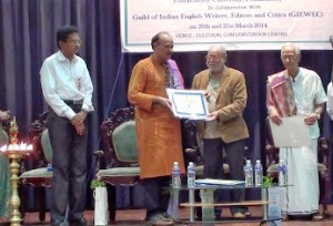 Murali Sivaramakrishnan receives Life Time Achievement Award from Jayanta Mahapatra